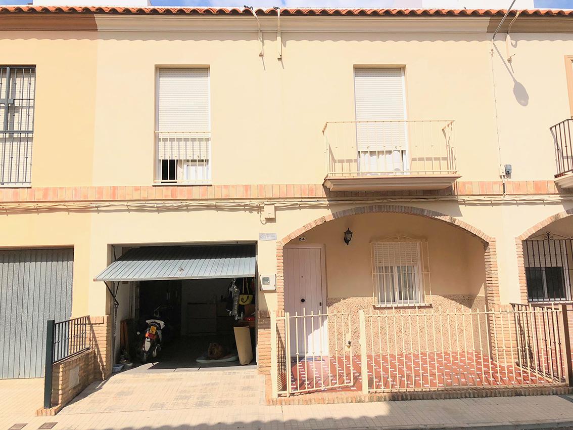 Magn fica casa de 2 plantas con 3 dormitorios garaje for Alquiler de casas en paradas sevilla